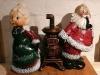 Weihnachtsmann und -frau am Ofen