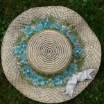Hut mit türkisen Blüten