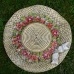Hut mit roten Blüten