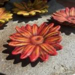 Ob Rot, Blau, Weiß oder Lila - ein paar grüne Blätter dazu und fertig ist die Deko.