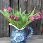 Blauer Krug mit Tulpen